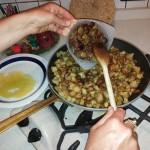 Immagine delle olive versate nella frittura